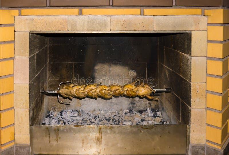Ορτύκια σε ένα οβελίδιο ψημένα στη σχάρα τρόφιμα ορτυκιών στοκ φωτογραφία με δικαίωμα ελεύθερης χρήσης