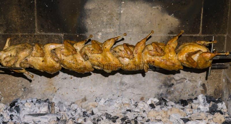 Ορτύκια σε ένα οβελίδιο ψημένα στη σχάρα τρόφιμα ορτυκιών στοκ εικόνες