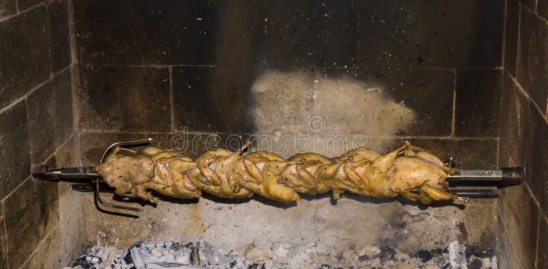 Ορτύκια σε ένα οβελίδιο ψημένα στη σχάρα τρόφιμα ορτυκιών στοκ φωτογραφίες
