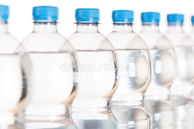 Ορυκτά μπουκάλια μπουκαλιών νερό που απομονώνονται στο λευκό στοκ φωτογραφία με δικαίωμα ελεύθερης χρήσης