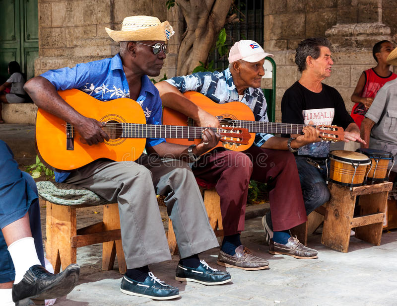 Ορχήστρα που παίζει την παραδοσιακή μουσική στην παλαιά Αβάνα στοκ εικόνες