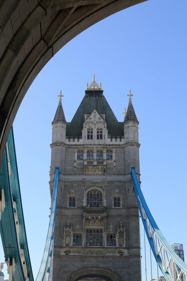 Ορόσημο γεφυρών πύργων του Λονδίνου, Ηνωμένο Βασίλειο, στενή γωνία για να δει έναν πύργο στοκ εικόνα με δικαίωμα ελεύθερης χρήσης