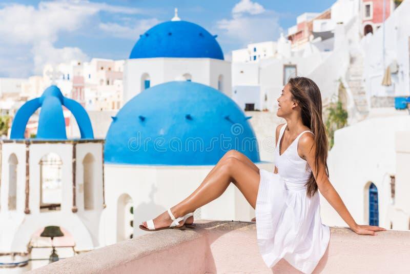 Ορόσημο τρία Santorini μπλε τουρίστας γυναικών θόλων στοκ εικόνα