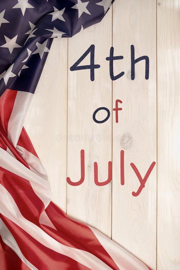 4ος της ημέρα της ανεξαρτησίαςης Ιουλίου, η αμερικανική, ανάψτε το ξύλινο έμβλημα, αμερικανική σημαία στοκ φωτογραφίες με δικαίωμα ελεύθερης χρήσης