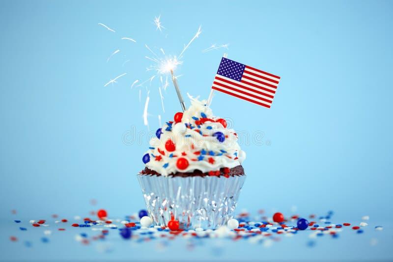 4ος του Ιουλίου cupcake με τη σημαία και ψεκάζει στοκ εικόνες