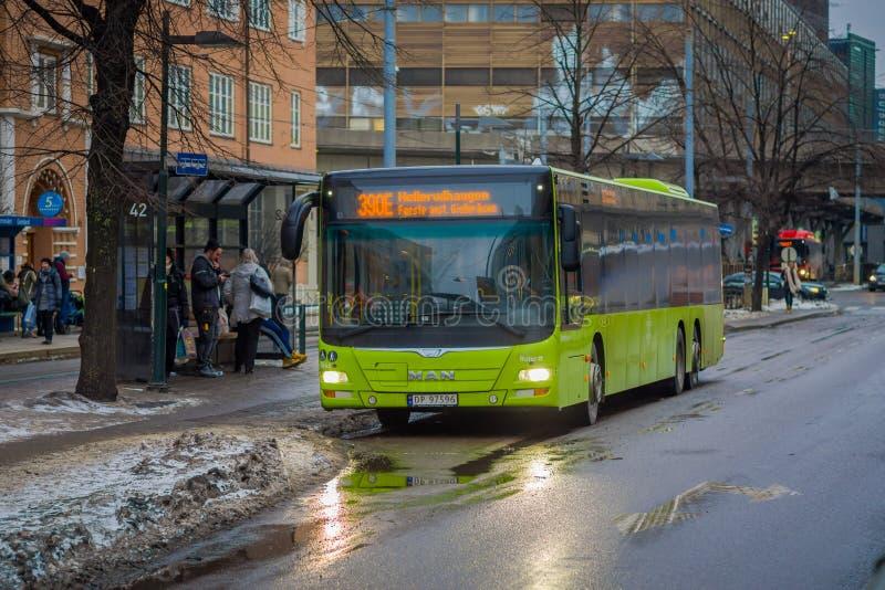 ΟΣΛΟ, ΝΟΡΒΗΓΙΑΣ - 26 ΜΑΡΤΙΟΥ, 2018: Υπαίθρια άποψη των βεραμάν λεωφορείων που περιμένει σε μια στάση λεωφορείου στο Όσλο κεντρικό στοκ φωτογραφία με δικαίωμα ελεύθερης χρήσης