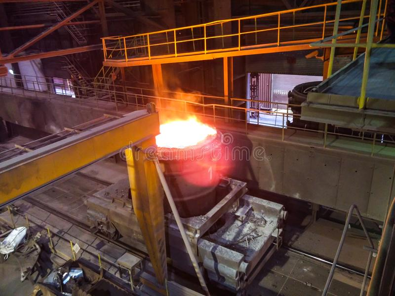 Οσμηρός του μετάλλου στο μεγάλο χυτήριο Παραγωγή σιδήρου και χάλυβα σε μεταλλουργικές εγκαταστάσεις Εργαζόμενος χάλυβα Διαδικασία στοκ φωτογραφίες με δικαίωμα ελεύθερης χρήσης