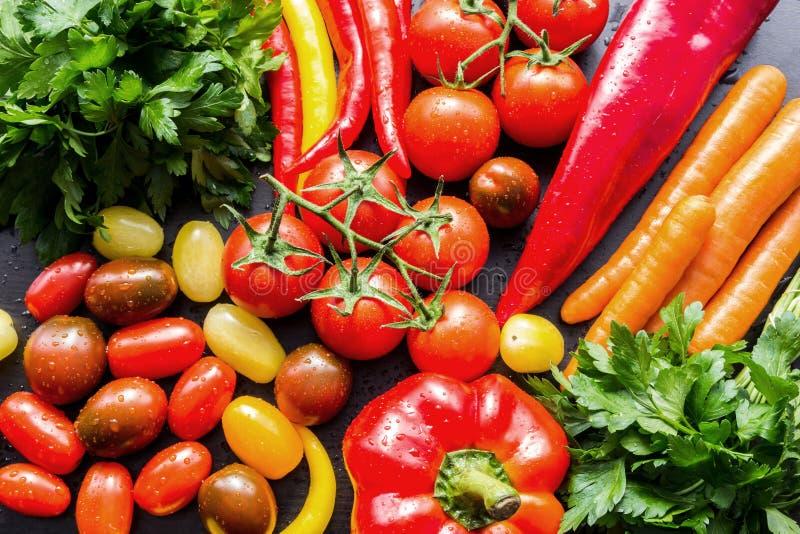 Οσπριοειδή νωπά λαχανικά, πλυμένα και απλωμένα σε τραπέζι κουζίνας στοκ εικόνες με δικαίωμα ελεύθερης χρήσης