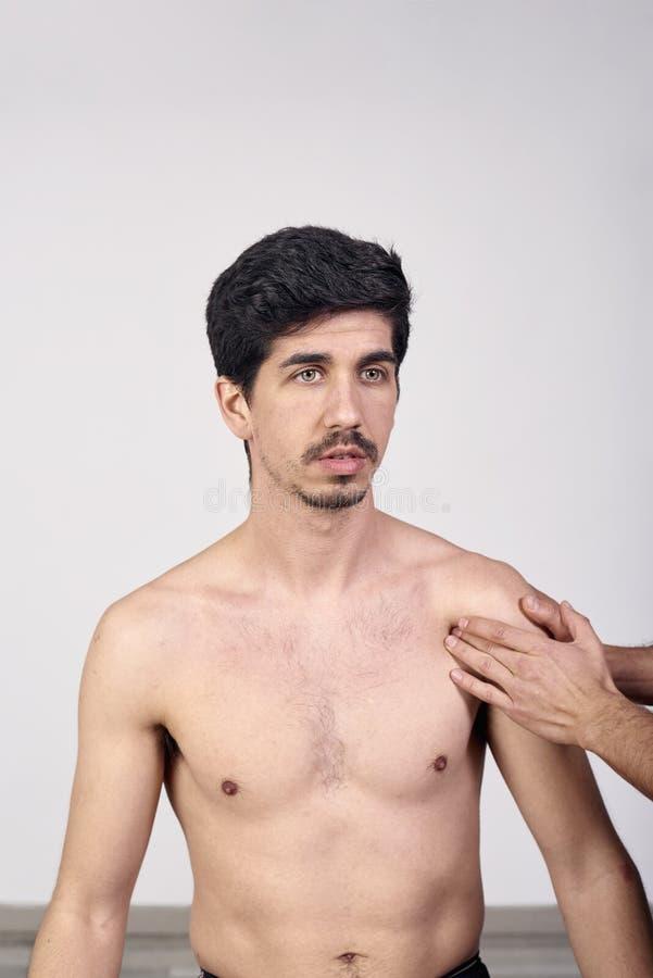 Οστεοπάθεια, έννοια αποκατάστασης αθλητικών τραυματισμών Ένας αρσενικός ασθενής που πάσχει από τον πόνο στην πλάτη και φυσικό Chi στοκ εικόνα με δικαίωμα ελεύθερης χρήσης