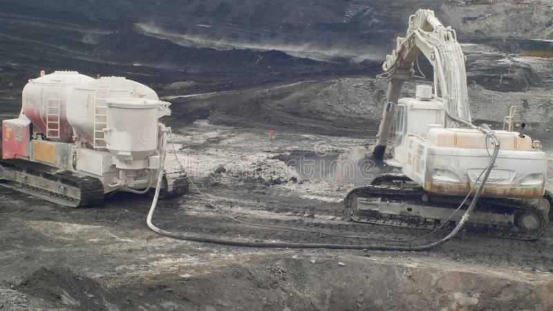 ΟΣΤΡΑΒΑ, ΔΗΜΟΚΡΑΤΊΑ ΤΗΣ ΤΣΕΧΊΑΣ, ΣΤΙΣ 28 ΝΟΕΜΒΡΊΟΥ 2018: Εκκαθάριση της επανόρθωσης των αποβλήτων υλικών οδόστρωσης του πετρελαίο στοκ φωτογραφία με δικαίωμα ελεύθερης χρήσης