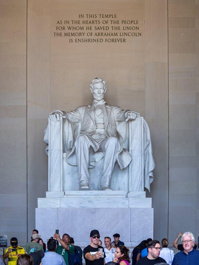 Ουάσιγκτον, περιφέρεια Κολομβίας, Ηνωμένες Πολιτείες της Αμερικής: [ Αβραάμ Λίνκολν Μεμόριαλ και το άγαλμα του μέσα στο ελληνικό  στοκ φωτογραφία με δικαίωμα ελεύθερης χρήσης