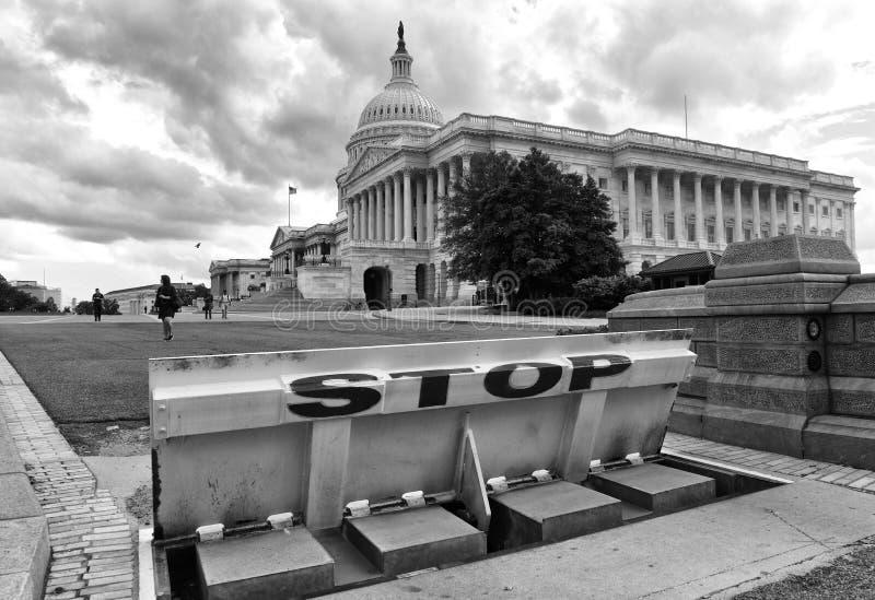 Ουάσιγκτον, συνεχές ρεύμα - 31 Μαΐου 2018: Εμπόδια ασφάλειας και σημάδι στάσεων μπροστά από τις Ηνωμένες Πολιτείες Capitol στοκ εικόνα