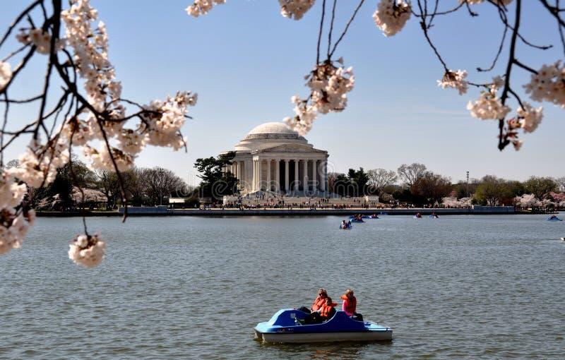Ουάσιγκτον, συνεχές ρεύμα: Παλιρροιακή λεκάνη και μνημείο του Jefferson στοκ φωτογραφίες