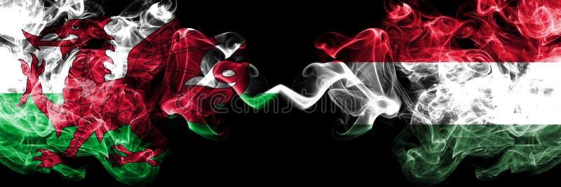 Ουαλία, ουαλλέζικα, Ουγγαρία, ουγγρικές ζωηρόχρωμες καπνώείς σημαίες ανταγωνισμού πυκνά Ευρωπαϊκοί αγώνες προσόντων ποδοσφαίρου στοκ φωτογραφία με δικαίωμα ελεύθερης χρήσης
