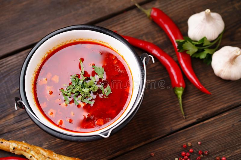 Ουγγρική goulash σούπα bogracs στο κύπελλο μετάλλων στοκ φωτογραφίες με δικαίωμα ελεύθερης χρήσης