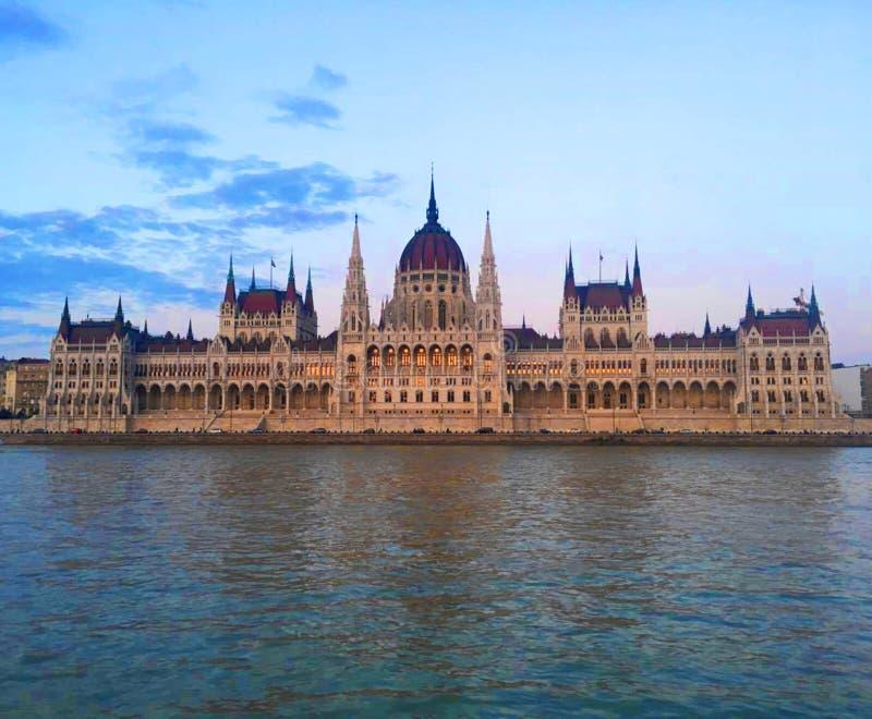 Ουγγρικό κτήριο του Κοινοβουλίου στο ηλιοβασίλεμα, Βουδαπέστη στοκ εικόνες