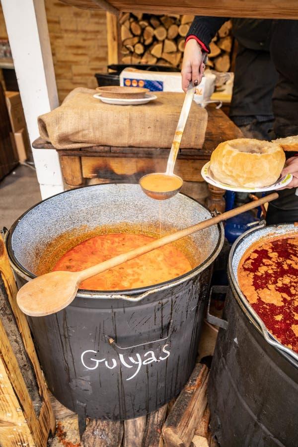 Ουγγρικό Goulash (Golyas) παραδοσιακό γεύμα χοιρινού κρέατος που εξυπηρετείται σε Budap στοκ φωτογραφία