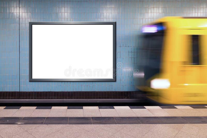 Ουδέτερος πίνακας διαφημίσεων στο σταθμό μετρό με το εισερχόμενο τραίνο στοκ φωτογραφίες με δικαίωμα ελεύθερης χρήσης