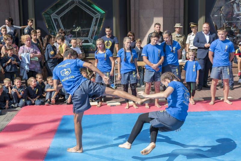 Ουκρανία, Κίεβο, Ουκρανία 09 09 2018 ενδεικτικοί παλαιστές απόδοσης οδών Προώθηση των υγιών τρόπων ζωής Karate στην οδό στοκ φωτογραφία με δικαίωμα ελεύθερης χρήσης