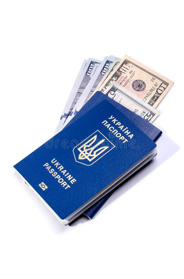 Ουκρανικά βιομετρικά διαβατήριο και χρήματα μέσα σε το Έγγραφο ταυτότητας που απομονώνεται σε ένα λευκό στοκ εικόνα
