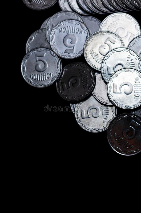 Ουκρανικά νομίσματα που απομονώνονται στο μαύρο υπόβαθρο στενό χρωμάτων ύδωρ όψης κρίνων μαλακό επάνω Τα νομίσματα βρίσκονται επά στοκ εικόνα