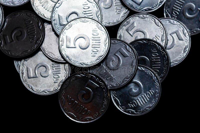 Ουκρανικά νομίσματα που απομονώνονται στο μαύρο υπόβαθρο στενό χρωμάτων ύδωρ όψης κρίνων μαλακό επάνω Τα νομίσματα βρίσκονται επά στοκ φωτογραφία με δικαίωμα ελεύθερης χρήσης