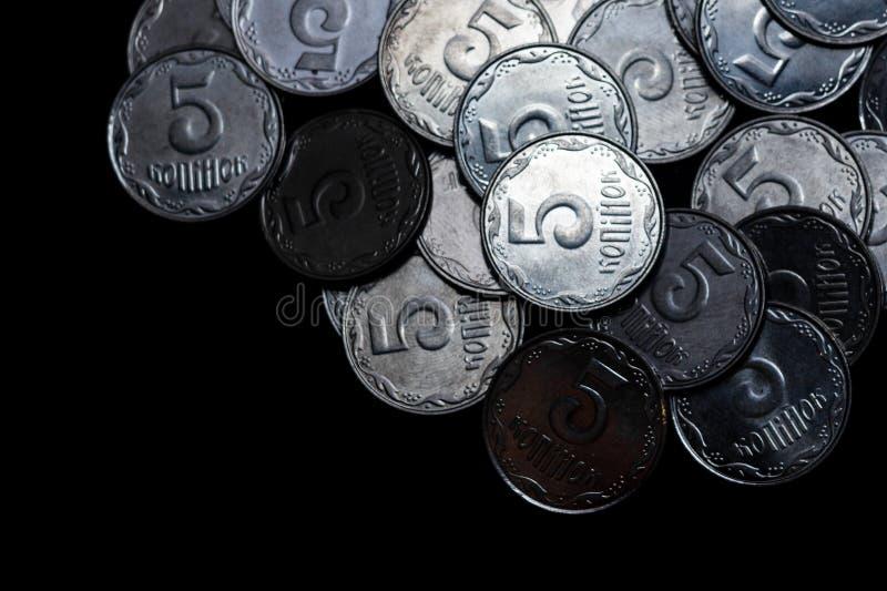 Ουκρανικά νομίσματα που απομονώνονται στο μαύρο υπόβαθρο στενό χρωμάτων ύδωρ όψης κρίνων μαλακό επάνω Τα νομίσματα βρίσκονται επά στοκ εικόνες με δικαίωμα ελεύθερης χρήσης