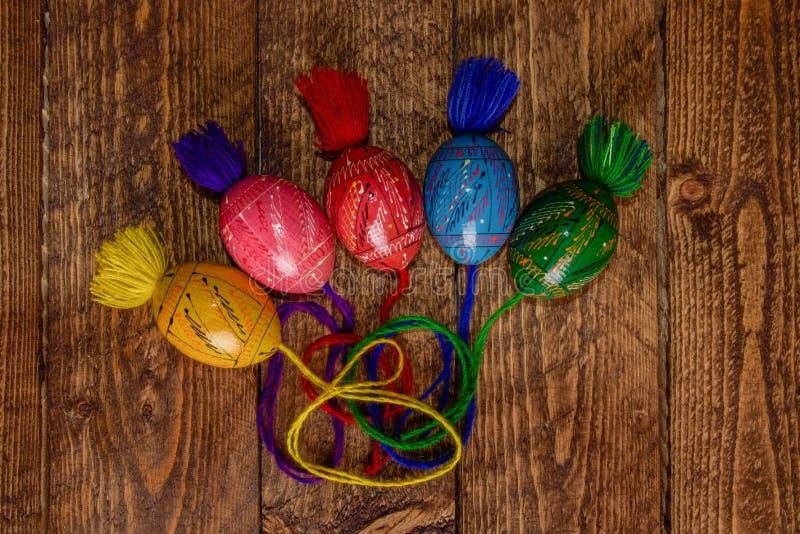 Ουκρανικά χρωματισμένα αυγά Πάσχας με τις διακοσμήσεις σε ένα ξύλινο υπόβαθρο στοκ φωτογραφίες με δικαίωμα ελεύθερης χρήσης