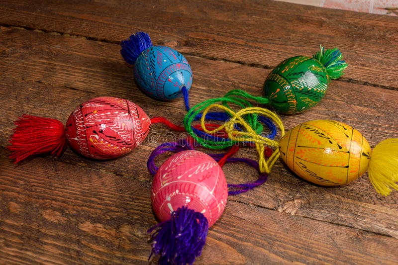 Ουκρανικά χρωματισμένα αυγά Πάσχας με τις διακοσμήσεις σε ένα ξύλινο υπόβαθρο στοκ εικόνα