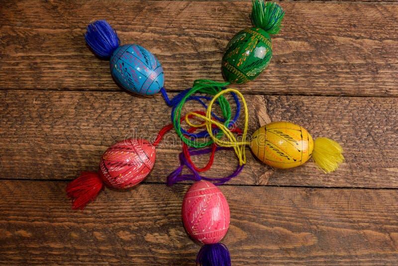 Ουκρανικά χρωματισμένα αυγά Πάσχας με τις διακοσμήσεις σε ένα ξύλινο υπόβαθρο στοκ εικόνα με δικαίωμα ελεύθερης χρήσης
