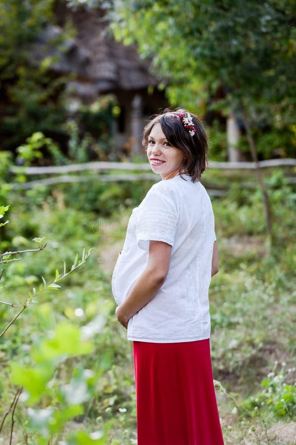 Download Ουκρανική έγκυος γυναίκα στο παραδοσιακό κεντημένο πουκάμισο Στοκ Εικόνες - εικόνα από μητέρα, μητρότητα: 62723268