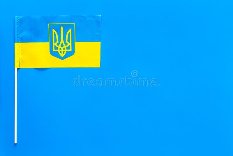 Ουκρανική έννοια σημαιών μικρή σημαία στο μπλε διάστημα αντιγράφων άποψης υποβάθρου τοπ στοκ εικόνες
