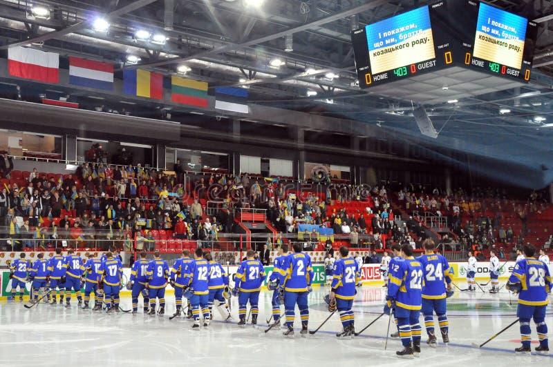 Ουκρανικοί παίκτες χόκεϋ στον πάγο που ακούει τον ύμνο στοκ φωτογραφία