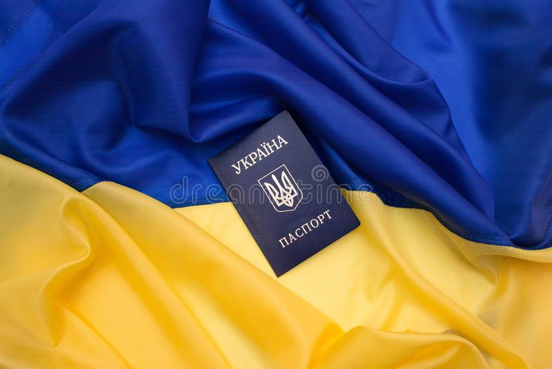 Ουκρανικό διαβατήριο στη σημαία της Ουκρανίας στοκ εικόνες