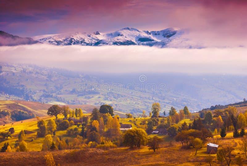Download Ουκρανικό χωριό φθινοπώρου σε έναν Καρπάθιο λόφο Στοκ Εικόνες - εικόνα από χώρα, κανένας: 62718822