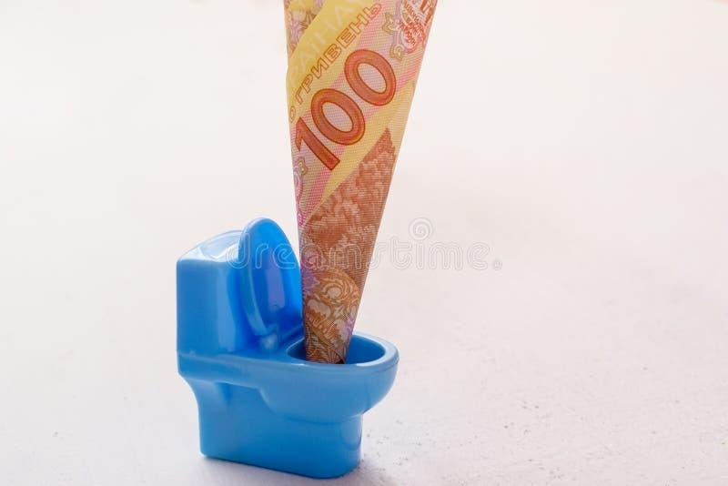 Ουκρανικό hryvnia εκατό σε μια μπλε τουαλέτα παιχνιδιών στοκ φωτογραφία με δικαίωμα ελεύθερης χρήσης