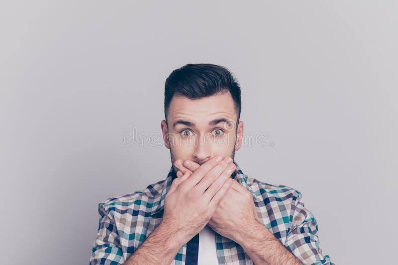 Ουπς! Κλείστε επάνω το πορτρέτο του ελκυστικού ατόμου έκλεισε το στόμα του με στοκ εικόνες με δικαίωμα ελεύθερης χρήσης