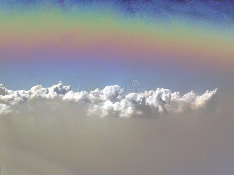Ουράνιο τόξο επάνω από τα σύννεφα στοκ εικόνες