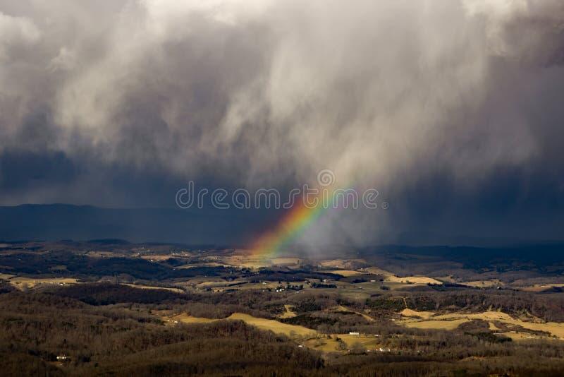 Ουράνιο τόξο και καταιγίδα πέρα από την κοιλάδα Shenandoah στοκ φωτογραφία με δικαίωμα ελεύθερης χρήσης