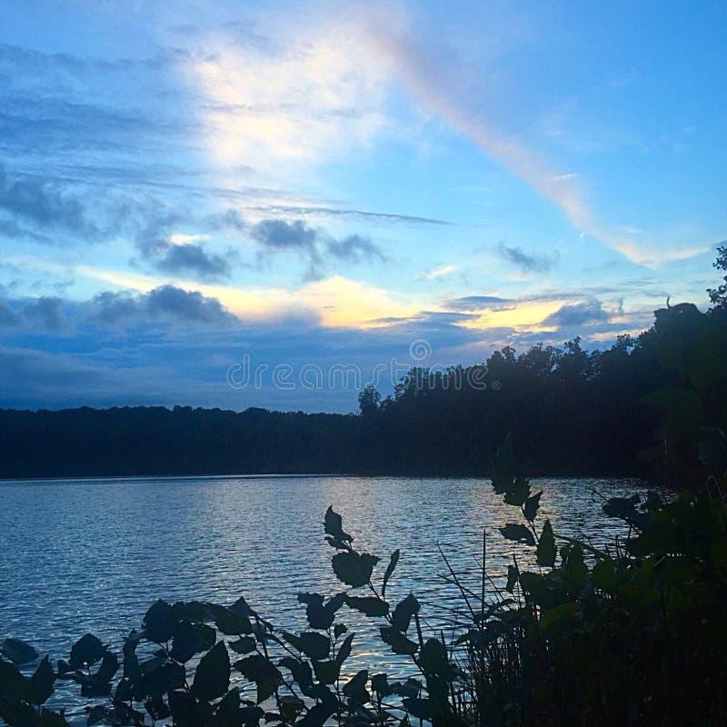 Ουράνιο τόξο πέρα από μια λίμνη στοκ φωτογραφία με δικαίωμα ελεύθερης χρήσης