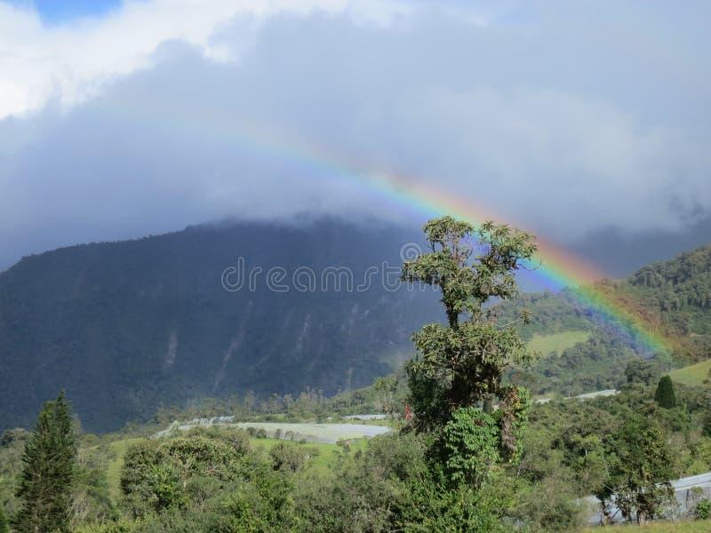Ουράνιο τόξο στα σύννεφα σε ένα βουνό στοκ φωτογραφίες με δικαίωμα ελεύθερης χρήσης