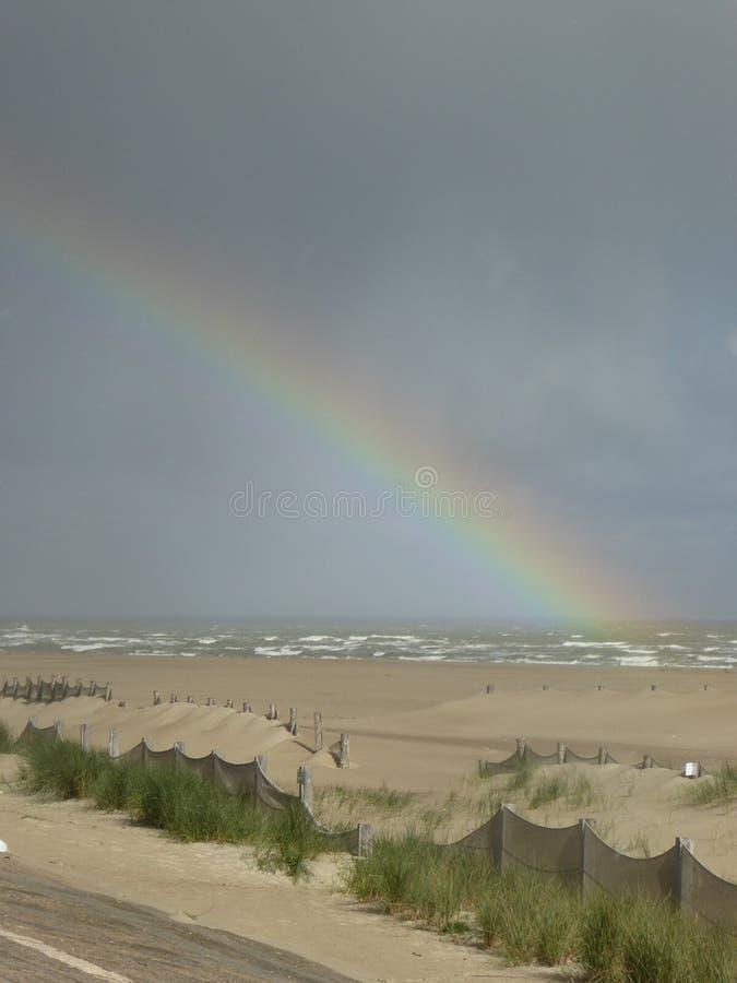 Ουράνιο τόξο στην παραλία Dunkirk στοκ φωτογραφίες