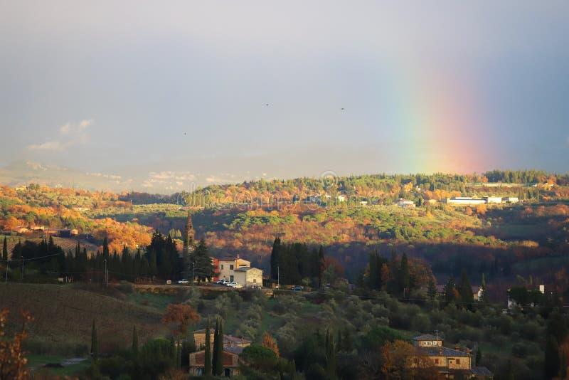 Ουράνιο τόξο στο χαρακτηριστικό τοπίο της Τοσκάνης Οι λόφοι του νότου Chianti στοκ εικόνα με δικαίωμα ελεύθερης χρήσης