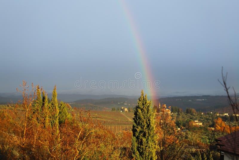 Ουράνιο τόξο στο χαρακτηριστικό τοπίο της Τοσκάνης Οι λόφοι του νότου Chianti στοκ εικόνες με δικαίωμα ελεύθερης χρήσης