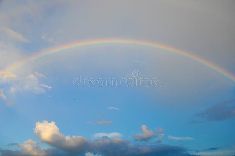 ουράνιο τόξο σύννεφων Πολύχρωμη κυρτή λουρίδα στο firmame στοκ εικόνες