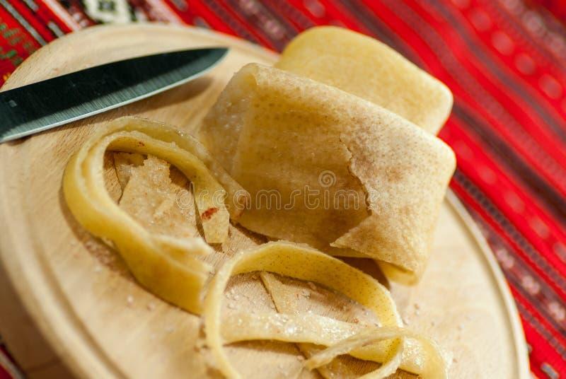 λουρίδες του ακατέργαστου φλοιού χοιρινού κρέατος με την αλατισμένη, ρουμανική λιχουδιά κουζίνας στοκ εικόνες