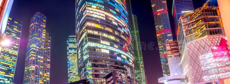 ουρανοξύστες νύχτας του εμπορικού κέντρου της Μόσχας στοκ εικόνες