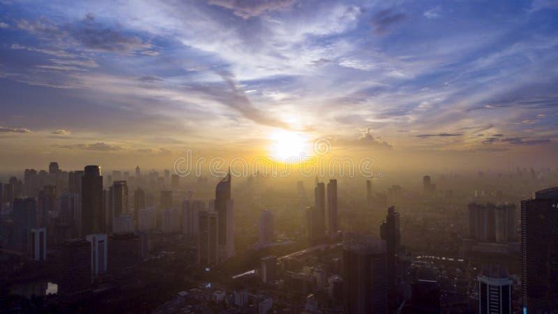 Ουρανοξύστες που καλύπτονται όμορφοι από την υδρονέφωση στοκ εικόνα