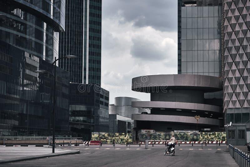 Ουρανοξύστες πόλεων της Μόσχας το καλοκαίρι στο νεφελώδη καιρό στοκ φωτογραφία με δικαίωμα ελεύθερης χρήσης