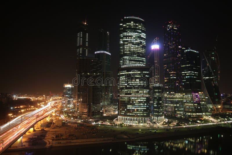 Ουρανοξύστες πόλεων της Μόσχας στη νύχτα στοκ εικόνες